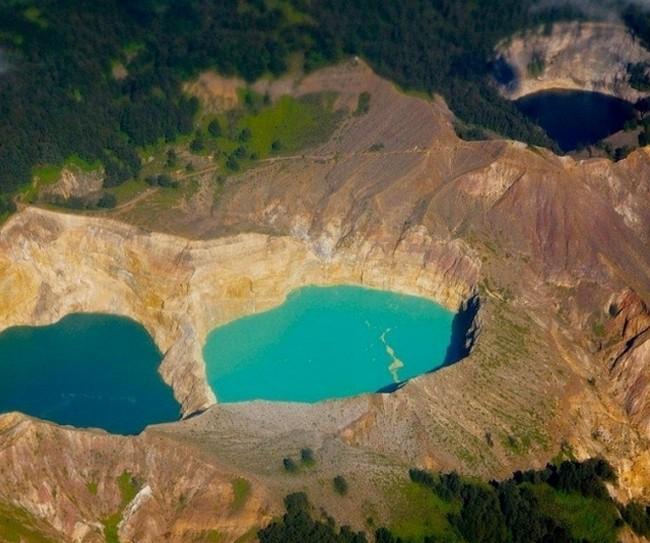 Вулканы Индонезии. Келимуту и его цветные озера.