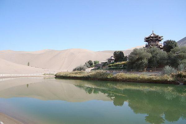 Озеро Полумесяца среди пустыни