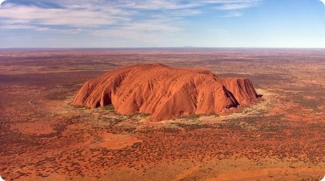 Знаменитая гора Улуру в Австралии